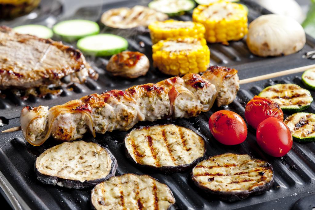 Kontaktgrill mit Fleisch und Gemüse
